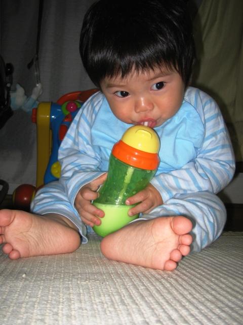 ミルクを飲むナガオー