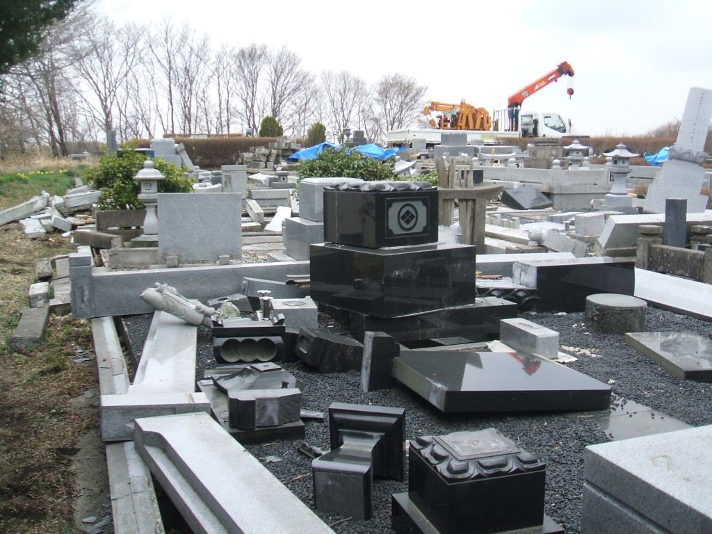 墓地倒壊5