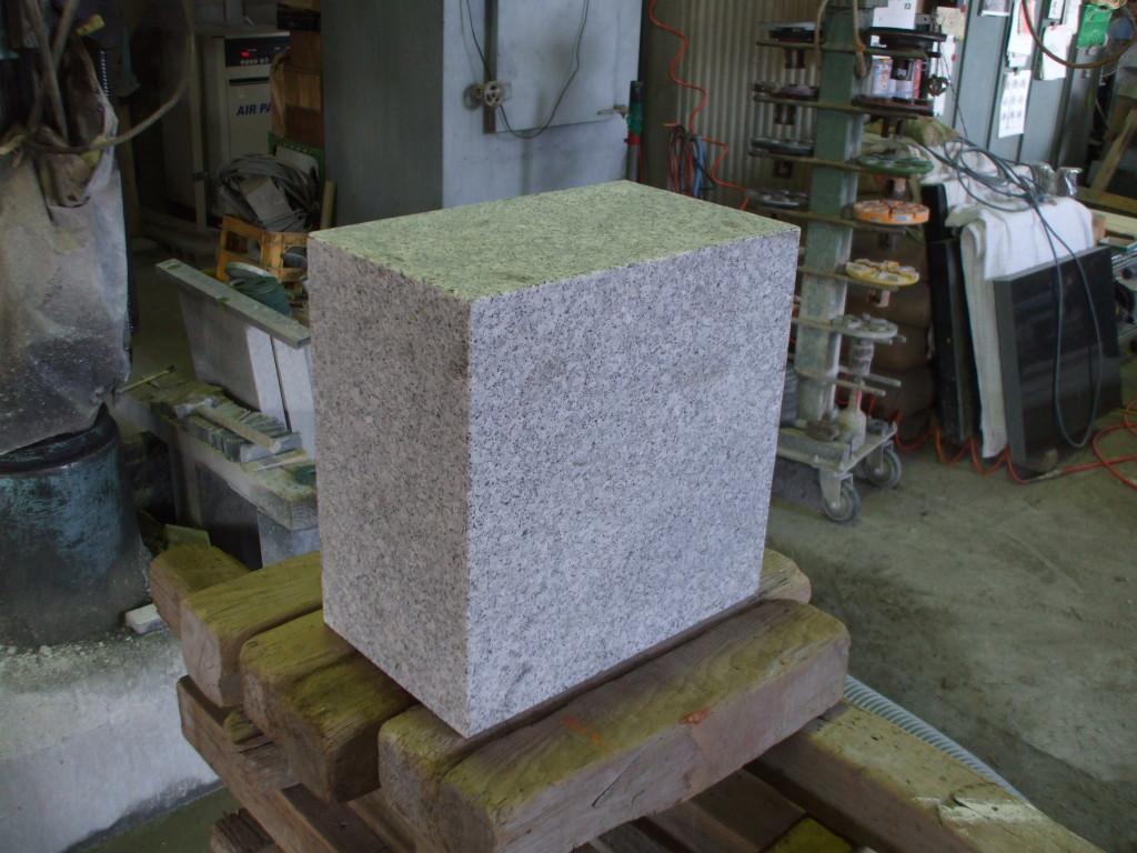 彫刻前の石